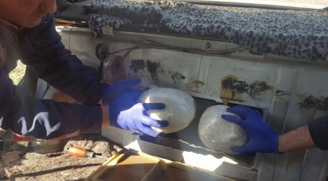 Otomobilin yatık deposundaki esrara 2 gözaltı