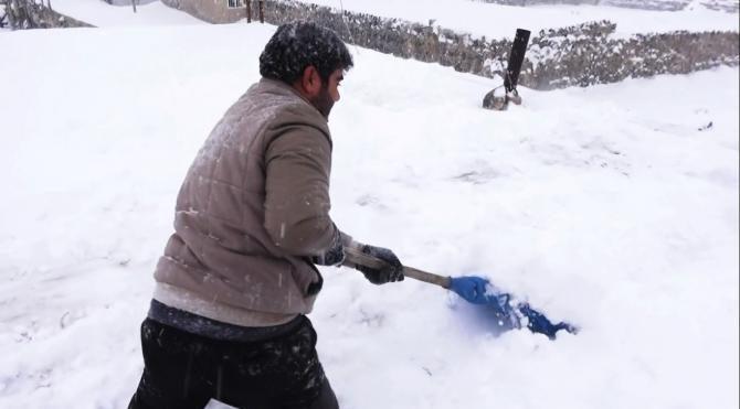Engelli Murat'ın zorlu kar temizliği