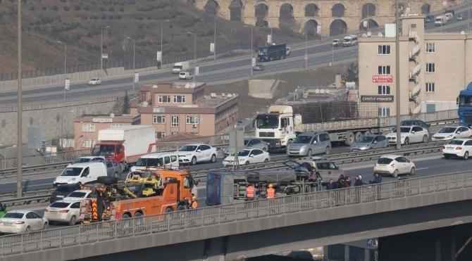Tutuklu taşıyan cezaevi aracı TEM'de devrildi olayda ölü yaralı yok (2)