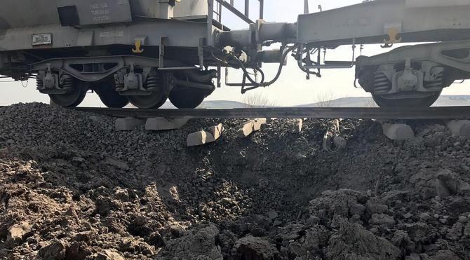 Diyarbakır'da yük trenine bombalı saldırı (2)