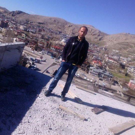 FOTO:DHA Remzi Ersu çalıştığı inşaatta kuzenine böyle poz vermişti.