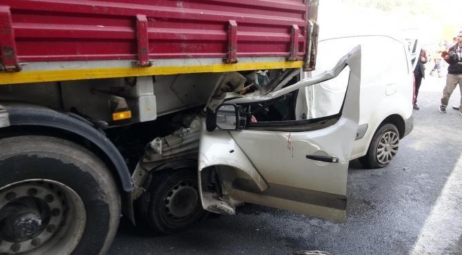 Hafif ticari araç TIR'a arkadan çarptı: 1 yaralı
