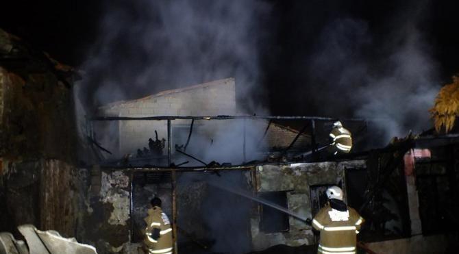 Ödemiş'te boş ev yangında kül oldu