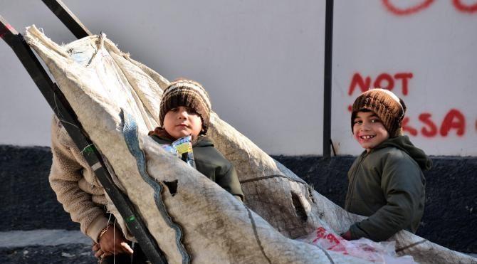 Kağıt koplayan Suriyeli kardeşler