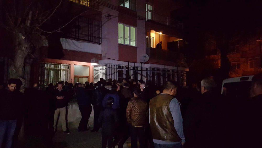 FOTO:DHA - Acı haberi duyan yakınları eve akın etti.
