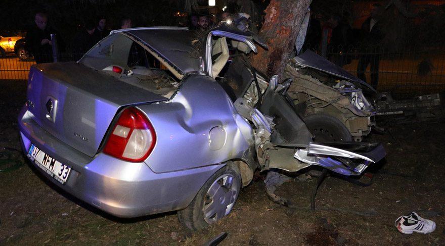 Otomobil refüjdeki ağaca saplandı: 2 ölü