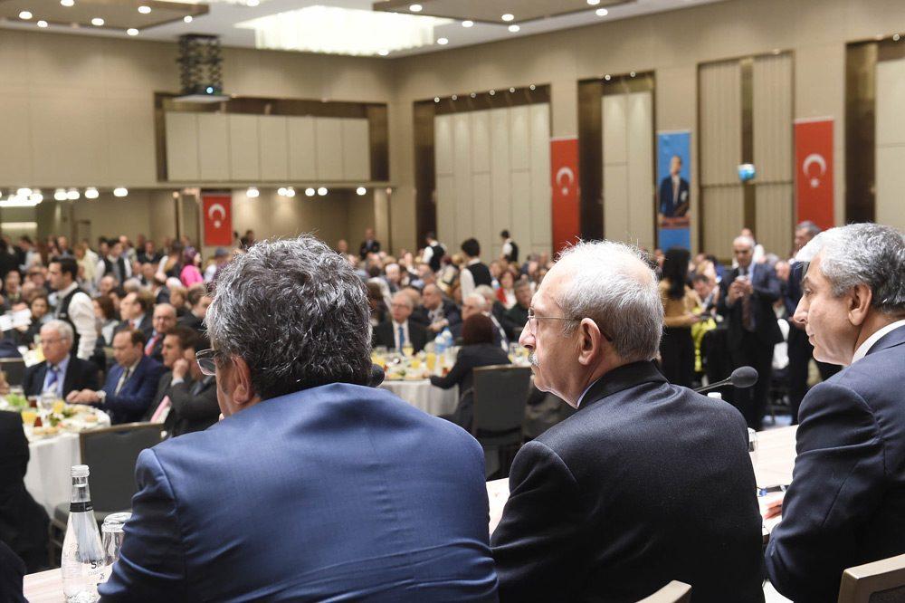 FOTO: DHA - CHP lideri Kılıçdaroğlu'na İstanbul programında, CHP Grup Başkanvekili Akif Hamzaçebi, Genel Başkan Yardımcısı Yasemin Öney Cankurtaran, İstanbul İl Başkanı Cemal Canpolat ve ilçe belediye başkanları eşlik ediyor.