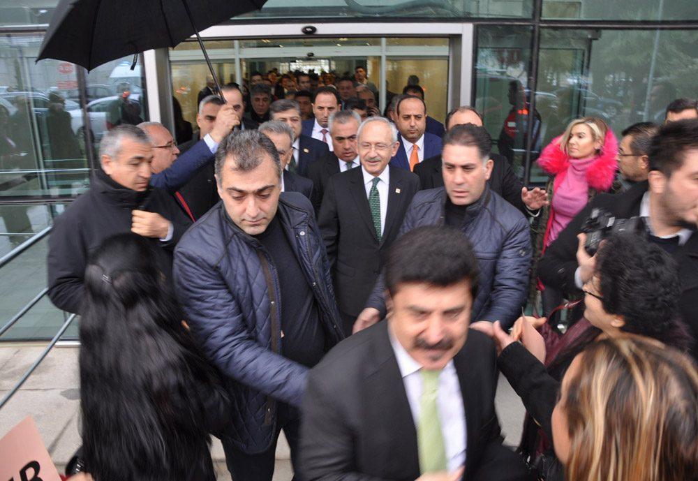 FOTO:İHA - Kılıçdaroğlu, İzmir'e gelişinde CHP'liler tarafından karşılandı.