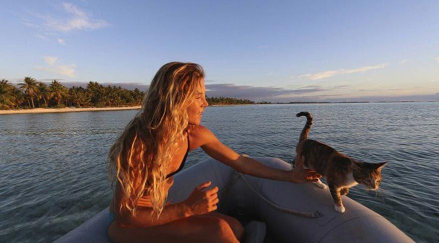 Kedisiyle mavi sularda dünyayı dolaşan gezgin