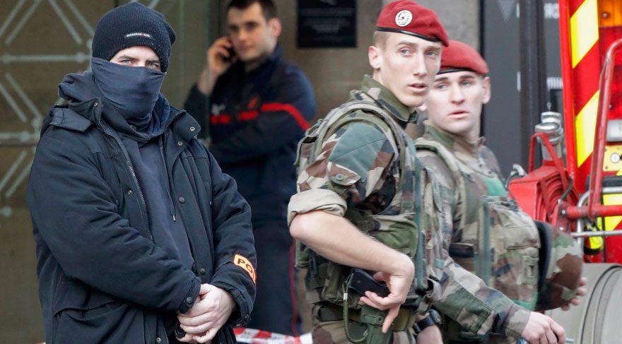 Fransa'da müzeye saldırmak isteyen kişi asker tarafından durduruldu