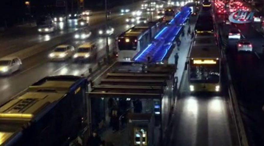 Metrobüs arızalandı uzun kuyruklar oluştu