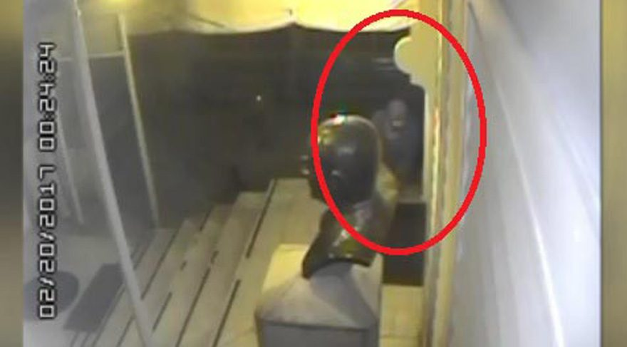 Saldırgan yanında getirdiği benzini dökerken böyle kameralara yakalandı.