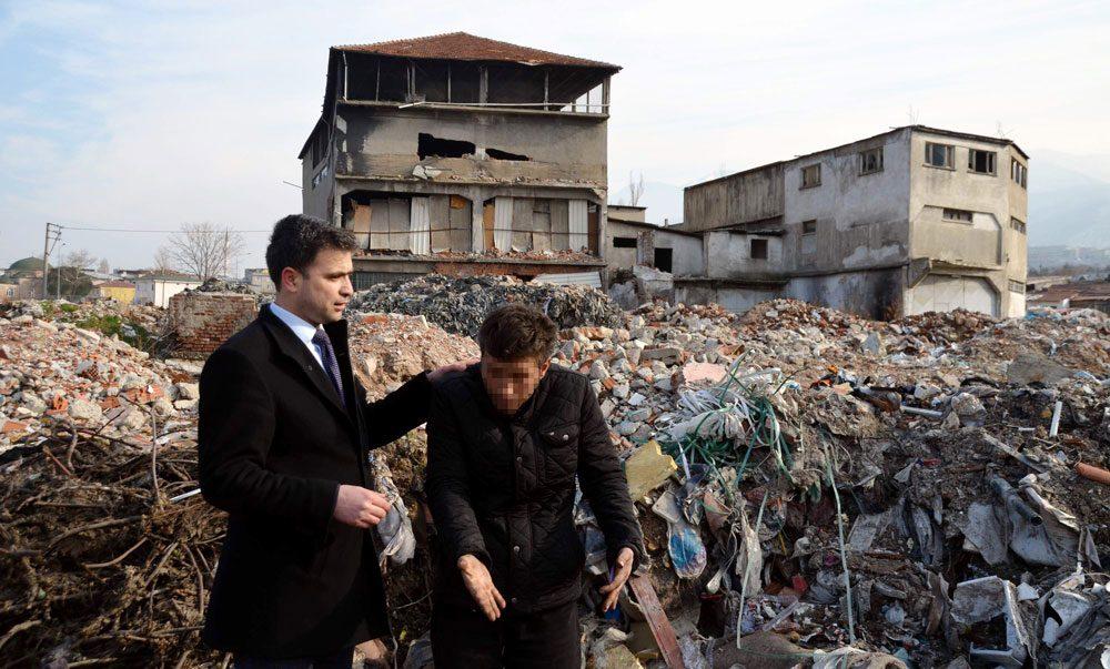 FOTO:İHA -Muhtar yanına gazetecileri de alarak bölgedeki uyuşturu bağımlılarını ziyaret etmişti.