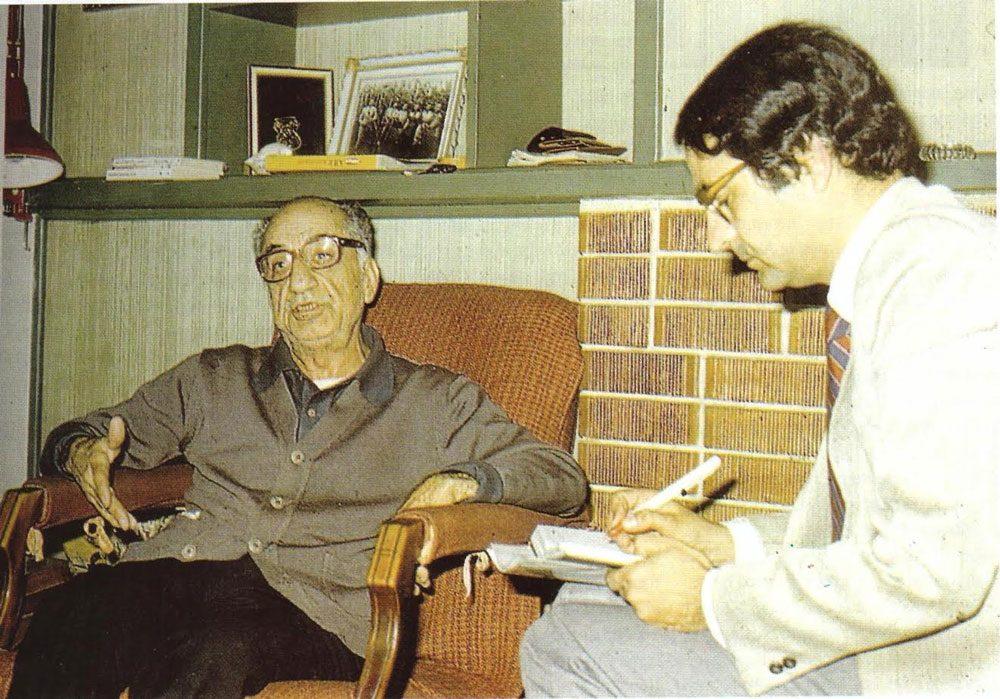 Gavur Mümin'i ilk kez ayrıntılı olarak Yaşar Aksoy'a anlatan Osmanzade ailesinin ünlü üyesi romancı merhum Samim Kocagöz (Karşıyaka'daki evinde, 1984 – Fotoğraf:Ercan İşsever)