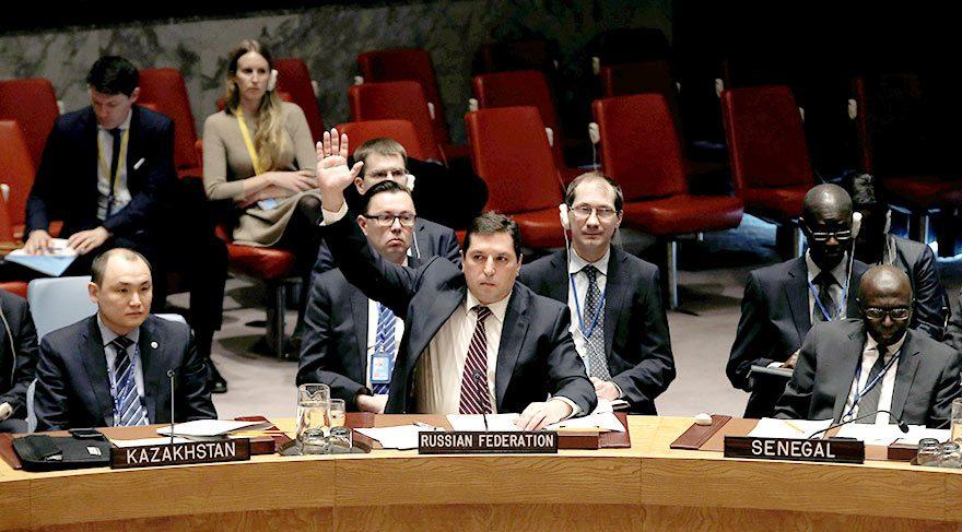 Rusya'nın Birleşmiş Milletler Büyükelçisi Vladimir Safronkov, Birleşmiş Milletler Güvenlik Konseyi'nin, Suriye hükümetine helikopter tedarikini yasaklama ve Suriye askeri komutanlarını zehirli gaz saldırıları yapmakla suçlayan kara listeye alma kararını veto etti.
