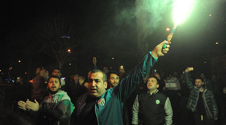 Bursasporlu futbolculara taraftarları saldırdı!