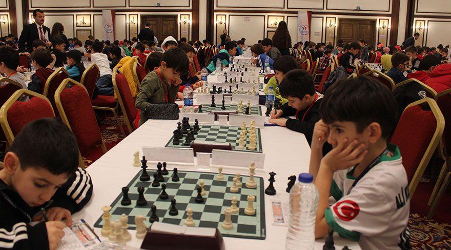 Antalya'da 6 bin kişilik dev satranç şöleni