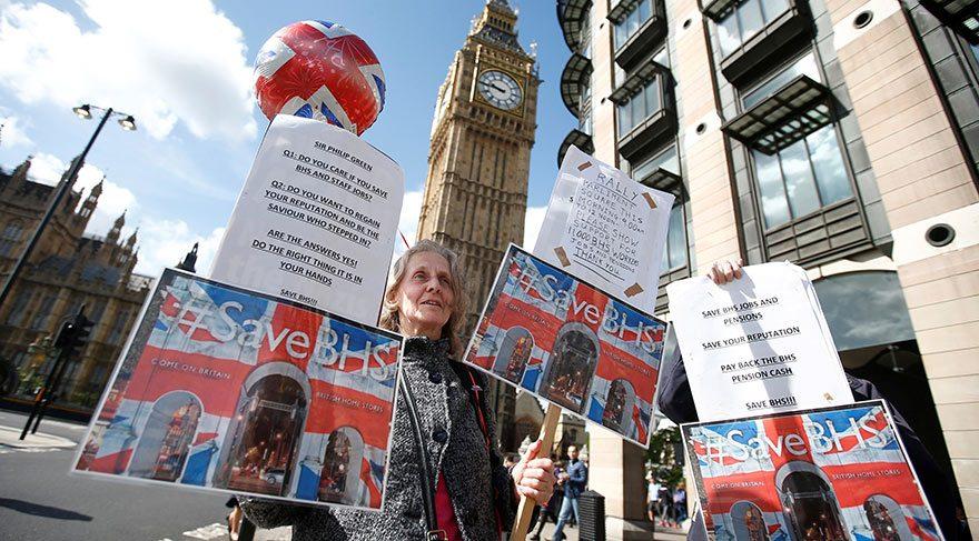 Göstericiler, İngiliz Ev Mağazası'nın eski sahibi Philip Green'e protesto ediyor, pankartlar düzenliyorlar.