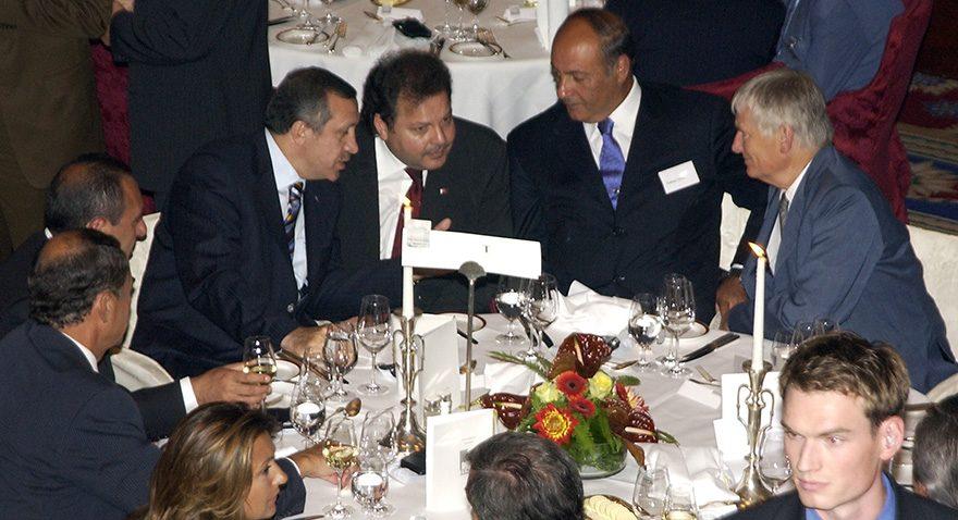Cüneyd Zapsu Erdoğan'ın kritik gelişmelerinde yanında yer alıyordu. 2003 yılında bir Berlin seyahatinden. Kaynak: Depo Photos