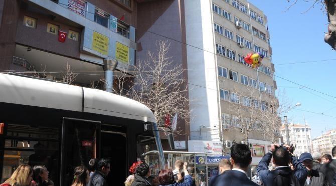Eskişehir'de tellere takılan balonlar nedeniyle tramvay seferleri durdu