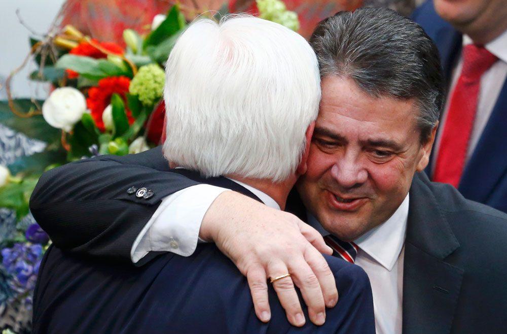 Steinmeier, kendisinden sonra göreve gelen Dışişleri Bakanı Sigmar Gabriel ile birlikte.