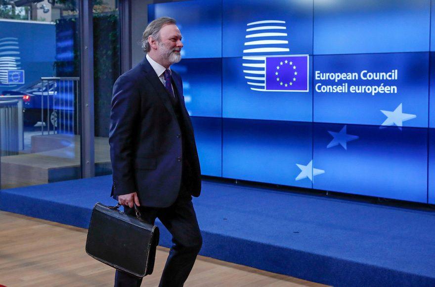 FOTO: REUTERS/ Sir Tim Barrow, hem AB hem de İngiltere tarihi için kritik önemdeki mektubu bu çantada Brüksel'e getirdi.