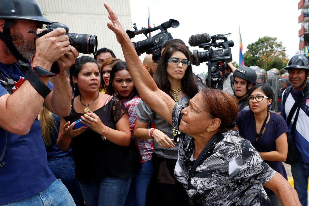 Anayasa mahkemesinin kararı sonrasında Başkan Maduro destekçileri ile muhalifler karşı karşıya geldi, çatışmalar çıktı.