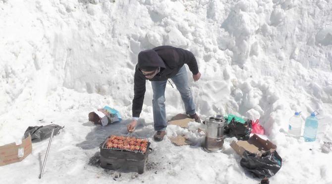 Karla mücadele ekiplerinin mangal keyfi