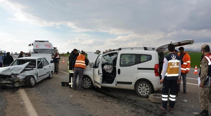 Besni'de iki araç çarpıştı: 5 yaralı