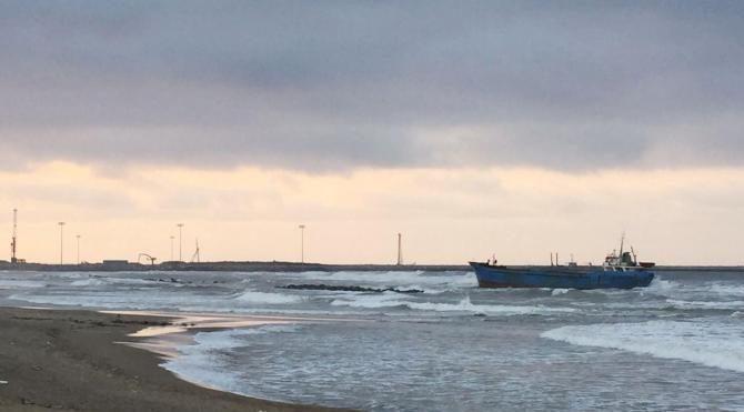 Seferden men edilen hacizli gemi, kıyıya sürüklendi