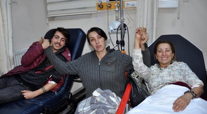 Açlık grevini bitiren hayvanseverler hastanede çorba içti