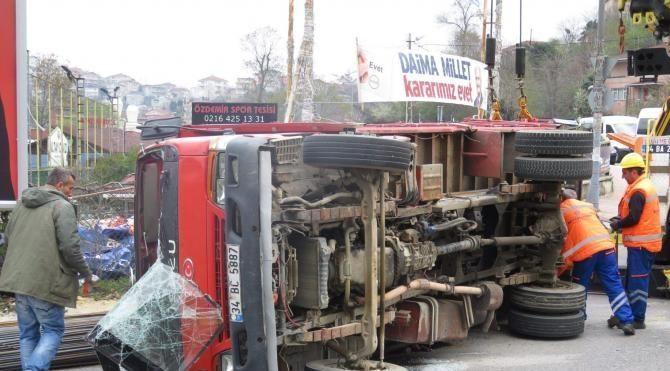 Demir yüklü kamyonet devrildi; 2 yaralı