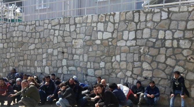 Karaburun'da 57 Suriyeli kaçak yakalandı