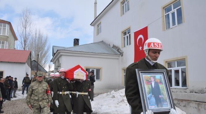 Yüksekova'da şehit edilen korucusu toprağa verildi
