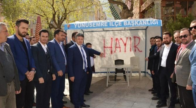 Manisa'da 'evet' standına spreyle 'hayır' yazdılar