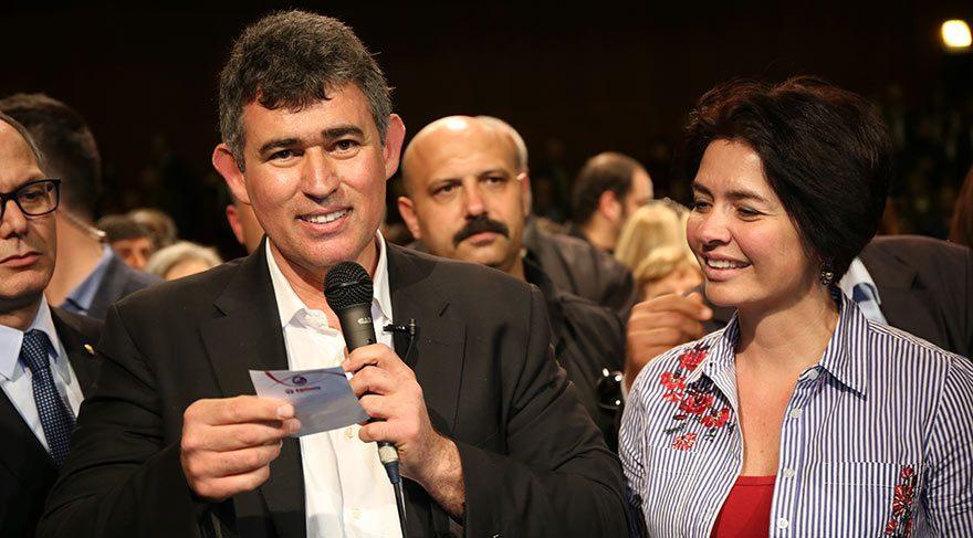 Metin Feyzioğlu, vatandaşa maddeleri tek tek anlatıyor.