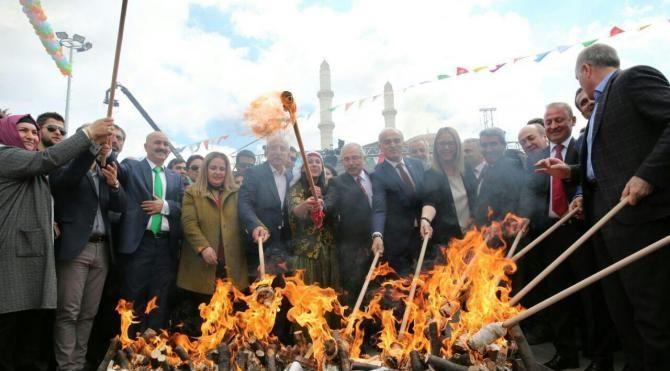 Mardin'de Vali halkla halay çekip, nevruz ateşini yaktı