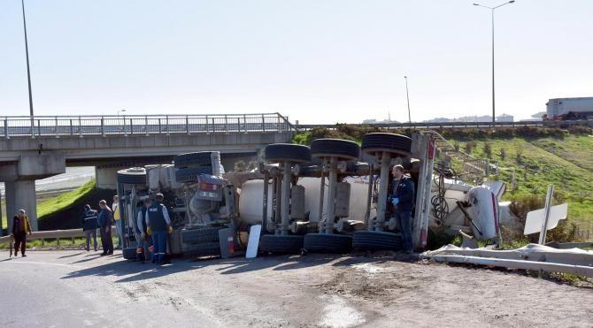 Devrilen beton mikserinin sürücüsü ağır yaralandı