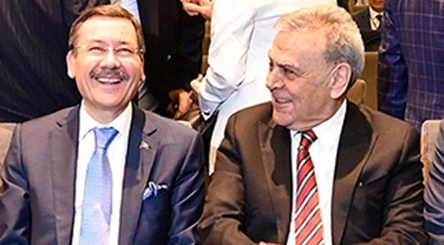 Türkiye Belediyeler Birliği'nin dün Çeşme'deki organizasyonuna Topbaş'ın katılmaması dikkat çekti. Toplantıda İzmir Büyükşehir Belediye Başkanı Aziz Kocaoğlu ve Ankara Büyükşehir Belediye Başkanı Melih Gökçek'in keyifli bir sohbet içinde oldukları görüldü.