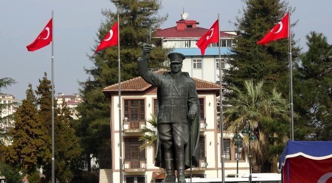 Rize'de Atatürk Anıtı'nın konulduğu yeni alanda ilk tören