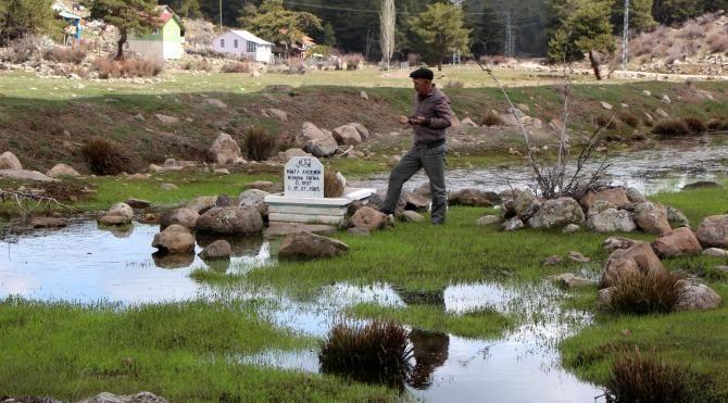 Gölet taşınca mezarlık suya gömüldü
