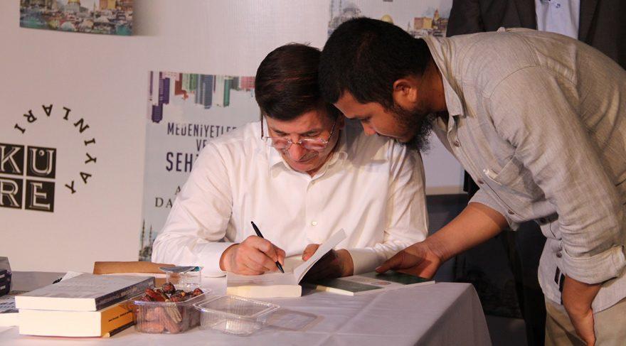 FOTO:İHA - Davutoğlu son bir yıldır zamanının büyük bölümünü kitap çalışmalarına ve kitap fuarlarına ayırıyor.
