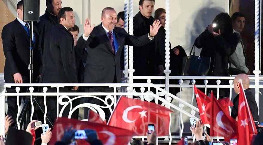 Çavuşoğlu, Hamburg'daki Türk Başkonsolosluğunda miting yaptı