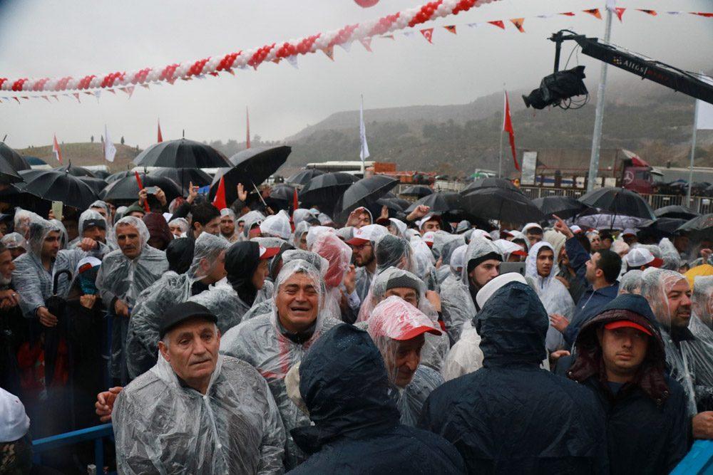 FOTO:İHA - Tören sağanak yağmur altında gerçekleştirildi.