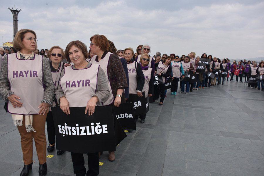 FOTO:DHA - CHP lideri Kemal KIlıçdaroğlu'nun eşi Selvi Kılıçdaroğlu da (en önde solda) eyleme destek verdi.