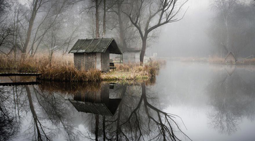 Sisler içindeki terk edilmiş köy