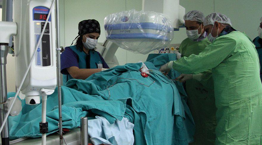 70 yaşındaki kalp hastasına ameliyatsız kalp pili takıldı