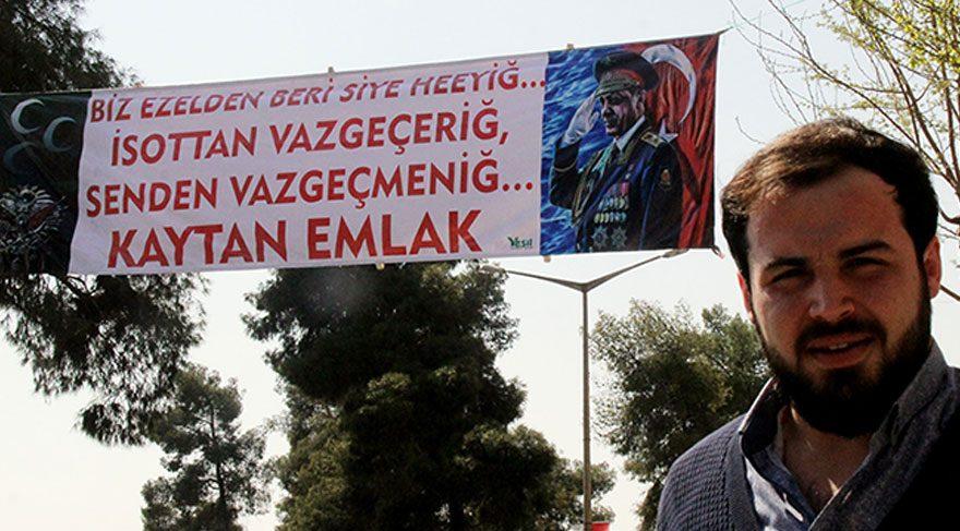 Esnaftan askeri üniformalı Erdoğan pankartı