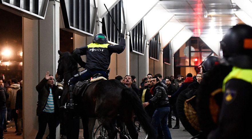 Hollanda polisi protesto düzenleyen Türklere saldırdı