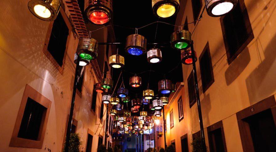 Portekiz sokakları eski çamaşır makineleriyle renklendi